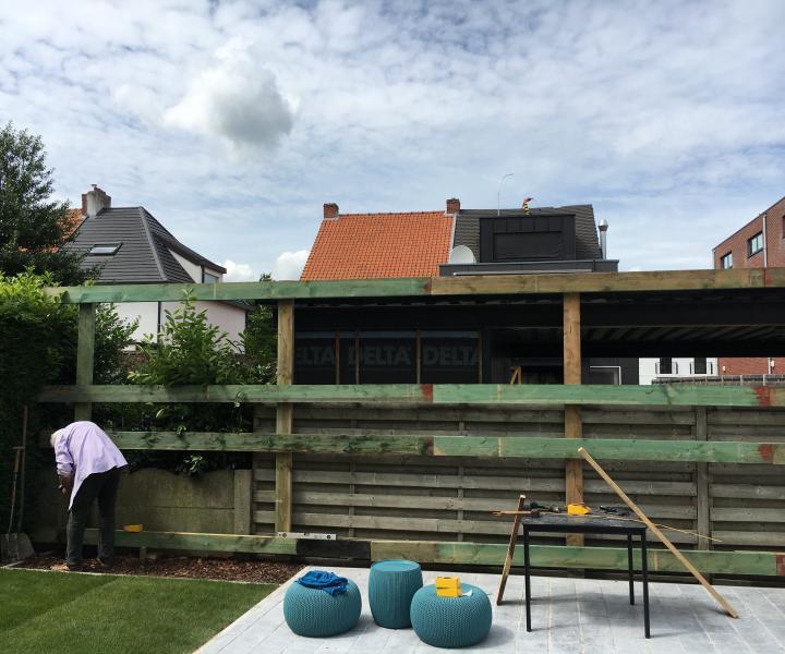 Houten muur aan andere kant van tuin aan WordFit-studio Bouwel